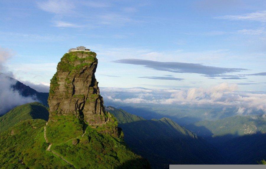 """简介:梵净山是武陵山脉的主峰,位于贵州省东北部江口、印江、松桃三县交界处。山体庞大雄浑,摩云接天,早在明初就被尊为""""名岳之宗"""",是著名的佛教圣地。1986年被列为国家级自然保护区,同年又荣选入国际生物圈保护区网,被誉为""""地球和人类之宝""""。梵净山,武陵山脉的主峰,国家级自然保护区,联合国""""人与生物梵净山蘑菇石梵净山蘑菇石圈保护区网""""成员。位于贵州省东北部地区西面印江、江口、松桃三县交界处,总面积567平方公里。梵净山,全境山势雄伟,层峦"""
