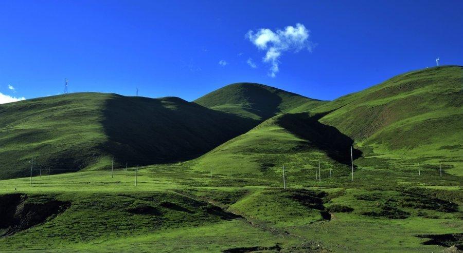 简介:羌塘为藏语,意为北方旷野,泛指藏北高原内流水系的连片地域。这里地处世界屋脊的青藏高原腹地,气候干寒,空气稀薄,自然环境严酷,植被稀少,交通不便,人迹罕至,北羌塘历来有无人区之称。羌塘自然保护区于一九九三年经西藏自治区人民政府批准成立,二零零零年四月四日经中国国务院批准晋升为国家级自然保护区。西藏羌塘自治区级自然保护区内现有种子植物70多种,哺乳动物38种,爬行动物3种,鸟类70余种,鱼类10余种。是世界上第二大自然保护区,面积仅次于靠近北极的格陵兰国家公园。被列为西藏生物多样性保护的最