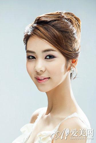 婚嫁 新娘发型 正文     这款韩式新娘盘发相对比较简单,但散发魅力的