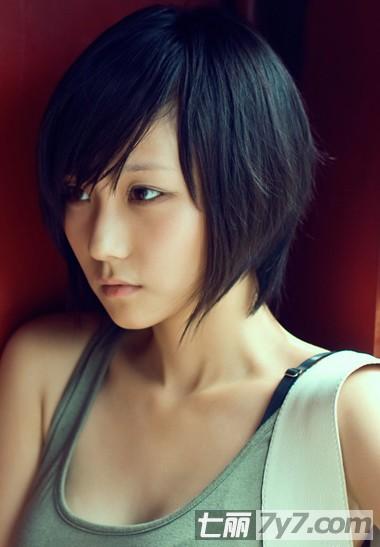 实用查询 生活百科 美容 短发发型 正文  2012最新流行的女生短发图片