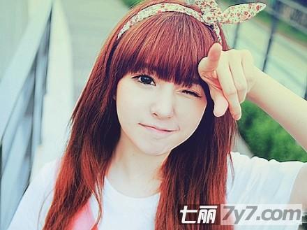 齐刘海长直发发型 酒红色染发,弧形的齐刘海,很巧妙的修饰了两颊的