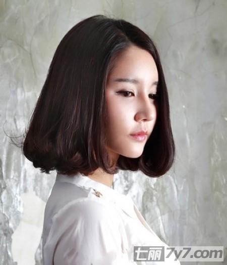 气质女王的一款短发发型,三七分的长刘海与这样的卷发很搭配,发尾处不
