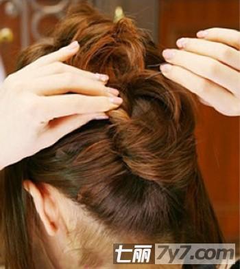 生活百科 美容 大脸发型 正文   这款长变短,适合头发较长的女士,上图