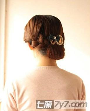 韩式复古盘发发型扎法图解 与众不同显气质发型 步骤十一:再戴上一款
