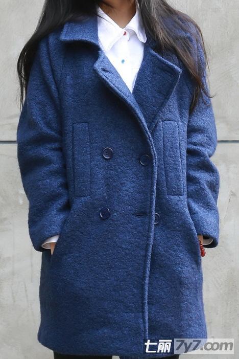浅蓝色外套女生头像