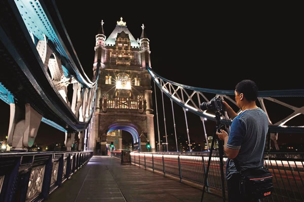 夜晚在伦敦塔桥上拍摄亮灯的塔楼