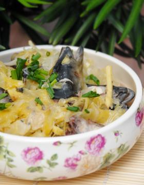 酸包菜煨鳗鱼头图片